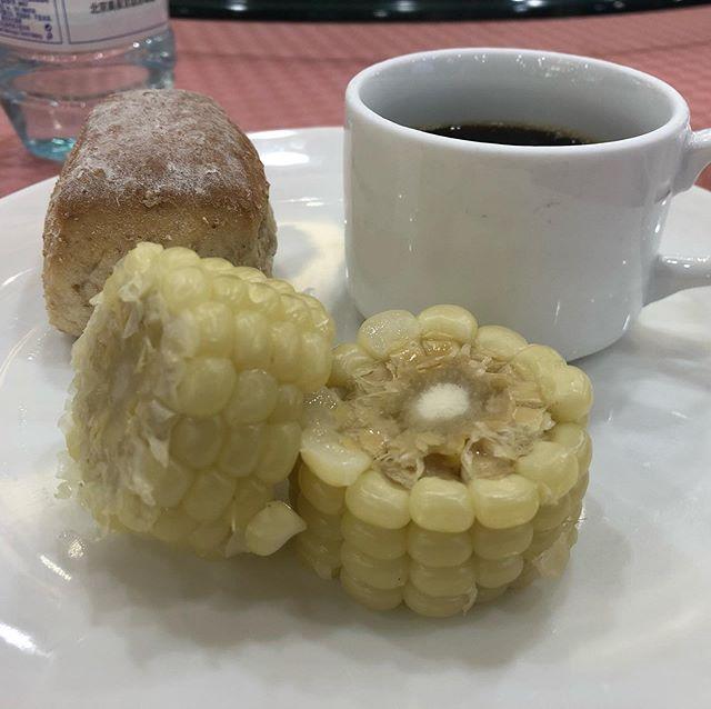 中国にきたら欠かせない。それがこのトウモロコシ。モチモチした食感が好きなんですよね(^O^)#味はなくとも食感で勝負#ここでしかない味#本日は移動日️