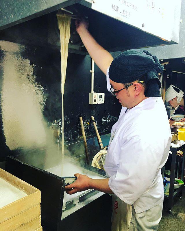 カマタマーレ讃岐の応援に来ています。一杯食べることから始まるサポータ活動。今日もよく伸びてます。#日本一#讃岐うどん#うどんやまるちゃん #ざるうどん最強#頼んだのは#すき焼き風かまたま#あのトッピング#あのツケダレ#あの予約方法#詳しくはyoutubeで