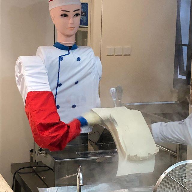 学食で見かけたうどんロボット。刀削麺が自動的に削り出されます。 #北京に来てもうどん#学食 #ロボットすごい!