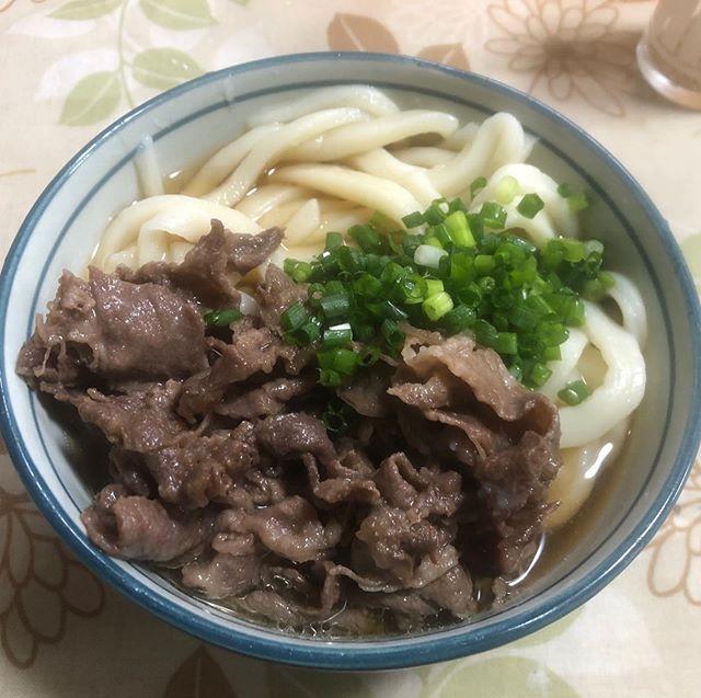 大晦日は肉うどんを風呂で食らう。我が家だけの伝統です。私の実家では大晦日に、風呂の中で肉うどんを食べる風習がありました。「新築の風呂でうどんを食べるとちゅうぶ(脳卒中など)しないという香川の伝統」と「父と祖父が肉うどんが好き」が合体して出来た我が家の伝統。約50年欠かすことなく続いています。学生当時これは香川の常識と思い込んで、後輩に「香川では大晦日に風呂で肉うどんを食べるんや!」と伝えていたのが懐かしい・・・新家の我が家では無くなってしまいましたが、実家の父は今日も風呂で肉うどんを食べてるんだろうな(^O^) 今日で2019年も終わります。今年一年本当にお世話になりました。来年も皆さんにとって良い年になりますように。 #大晦日#肉うどん#香川の伝統#風呂で肉うどん#嘘#知らなかった#間違った伝統#半世紀続けば立派な伝統#香川県#讃岐うどん#年越しはうどん#我が家あるある#なにこれ珍百景 #こう見えて #東かがわ市 #市議会議員 #山口大輔
